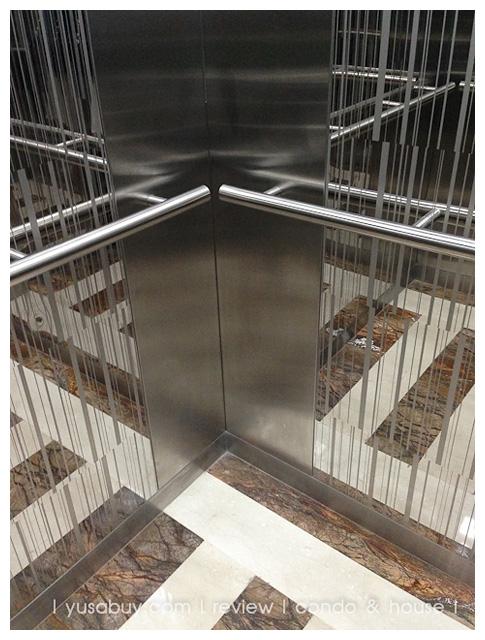 วัสดุในลิฟต์ตกแต่งได้ดูหรูดีครับ ใช้อลูมิเนียมผิว Polish มากัดผิวเป็นลายเส้น มองผ่านๆจะนึกว่าเป็นกระจก แล้วมาตัดด้วยอลูมิเนียมผิว Hairline ธรรมดา