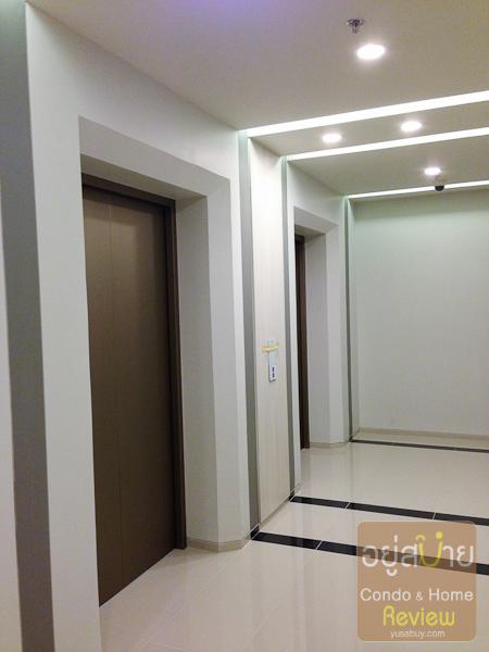 โถงลิฟต์ใช้พักอาศัยครับ ความอลังการต่างกับโถงลิฟต์ชั้นล่างโดยสิ้นเชิง