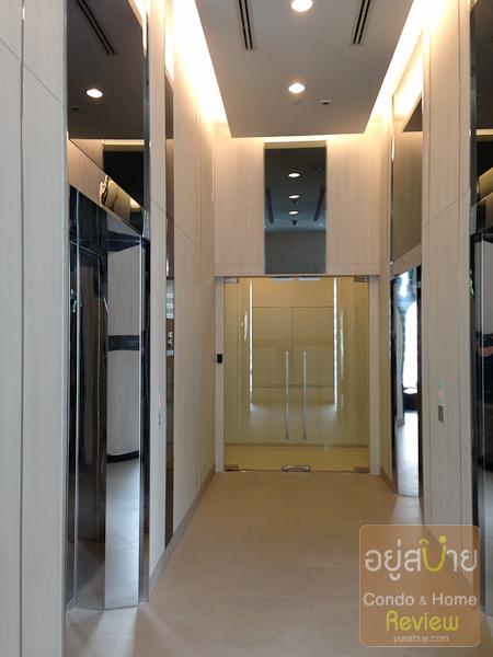 ตรงนี้เป็นโถงลิฟต์ชั้น 8 ที่ออกไปยัง Facilities ส่วนกลางครับ อีกฝั่งหนึ่งเป็นยูนิตขาย แต่มีประตูกระจกกั้นเรียบร้อย ต้องใช้คีย์การ์ดเท่านั้น