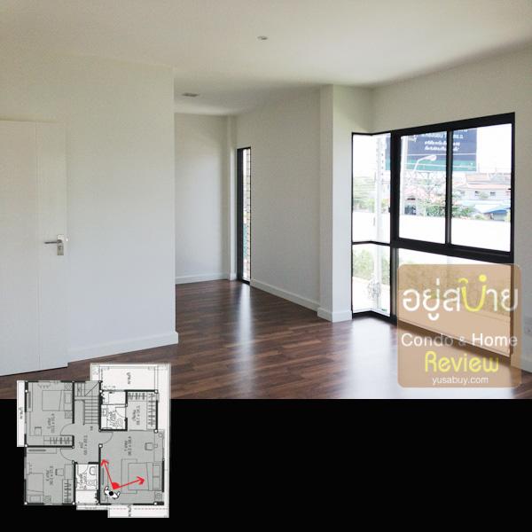 มุมมองจากในห้อง Master Bedroom ไปยัง Walk-in Closet หน้าต่างห้องนี้ใช้กระจกสูงจรดพื้นเลยครับ