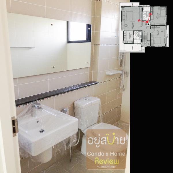 ห้องน้ำของชั้นสองครับ อ่างล้างมือจะไม่มีเคาท์เตอร์ให้วางของเยอะๆแบบห้องน้ำที่อยู่ใน Master Bedroom ถ้าในห้อง Master Bedroom อ่างจะฝังครึ่งเคาท์เตอร์ มีพื้นที่ให้วางของเยอะเลย