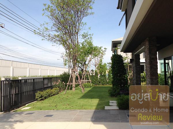 สวนด้านหน้าบ้านครับ ปูหญ้าและลงต้นไม้ใหญ่ให้ด้วย