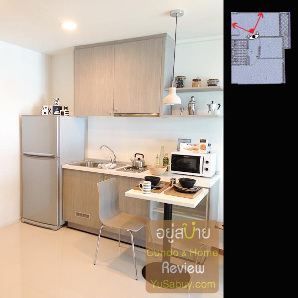 ลองมองไปดูที่เคาท์เตอร์ครัวกันมั่งครับ รูปแบบและขนาดใกล้เคียงกับแบบ 1 ห้องนอนเลย