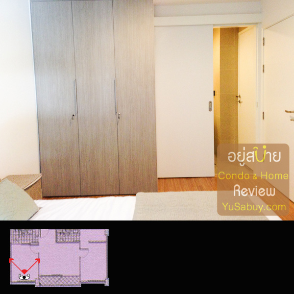 ห้องนอนเล็กจะใช้ห้องน้ำรวมกับด้านนอกด้วย แต่มีประตูเปิดเข้าหากันได้ ผมเช็คระยะแล้วการเปิดต้องระวังบานประตูชนกันอย่างที่บอกครับ