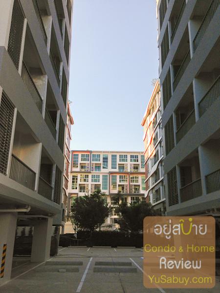 ช่องระหว่างปีกอาคารของตึก 1 และ ตึก 2 ครับ มองตรงไปจะเห็นอีกโครงการของแมกโนเลีย คือ Whizdom The Exclusive