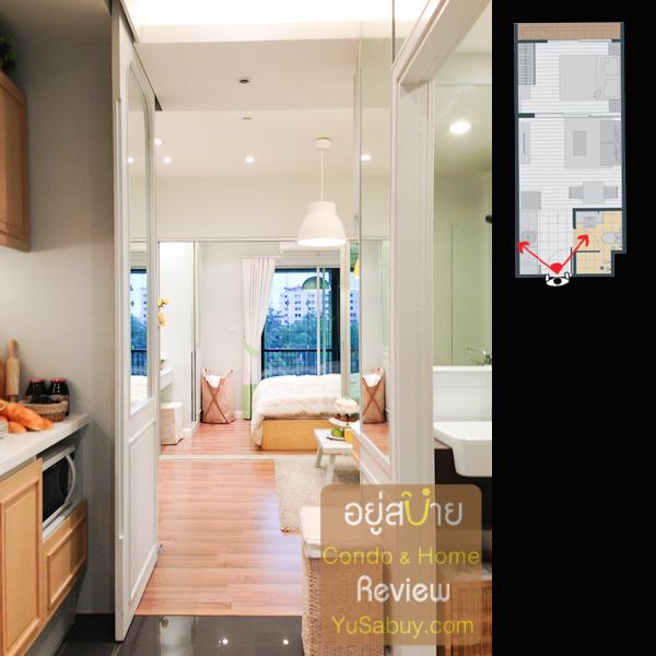 เปิดประตูเดินเข้ามา จะเห็นมุมทางเข้าแบบนี้ครับ ทางซ้ายคือเคาท์เตอร์ครัว ทางขวาเป็นห้องน้่ำ