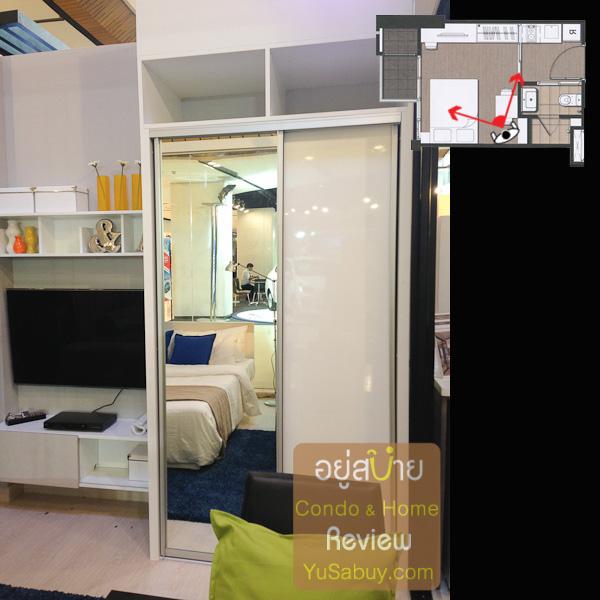 ตู้เสื้อผ้ากับชั้นวางทีีวีให้มาเลย เป็นของ Modernform บานตู้เสื้อผ้าครึ่งนึงเป็นกระจก อีกครึ่งนึงทำผิว Hi-gloss ครับ