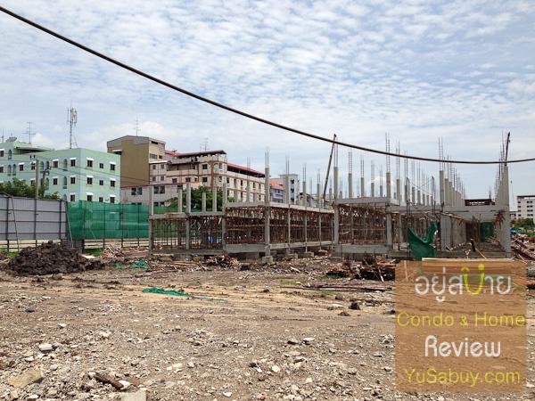 ส่วนนี้เป็นอาคารพาณิชย์ที่กำลังขึ้นโครงกสร้างอยู่ แนวอพาร์ทเม้นท์ที่เห็นด้านหลังสุดในรูปจะอยู่ตามแนวเส้นซอยรามคำแหง53 ครับ