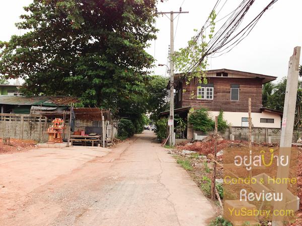 ตอนผมไปดูเห็นถนนเล็กๆเส้นนี้ผ่านในที่ดิน ไม่แน่ใจในเรื่องกรรมสิทธิ์เหมือนกันครับว่าเป็นของเอกชนแบบซื้อมาเลยหรือเปล่า หรือว่าเป็นภาระจำยอม