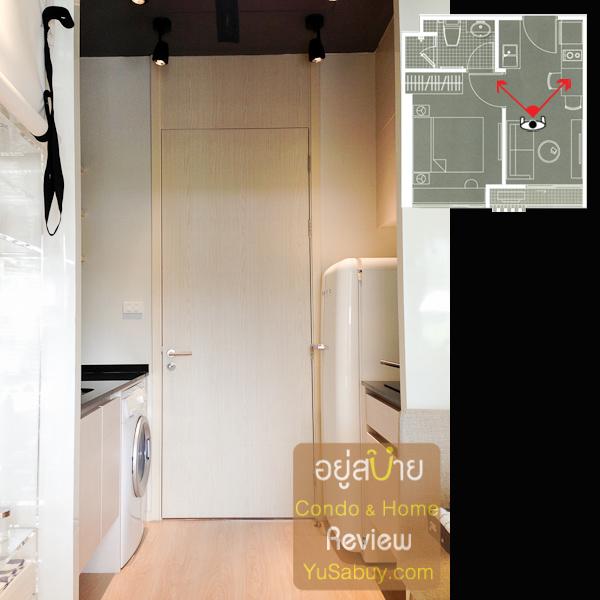 อยู่ตรงโซฟาแล้วมองไปตรงประตูห้อง ถ่ายให้ดูตรงนี้จะได้เห็นระยะและพื้นที่ใช้งานของส่วน pantry ด้วย