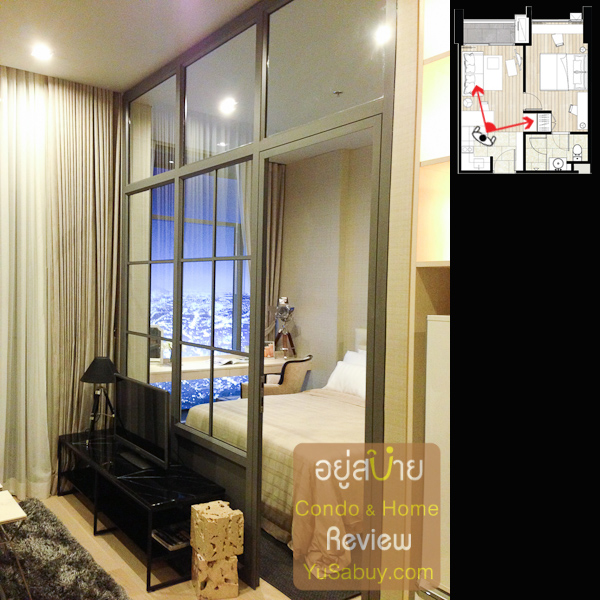 ฉากกั้นระหว่างห้องนอนกับห้องนั่งเล่น ตรงนี้ของจริงจะเป็นผนังทึบครับ แต่ถ้าใครอยากได้กระจกและประตูแบบนี้เลยก็ต้องจ่ายตังเพิ่ม
