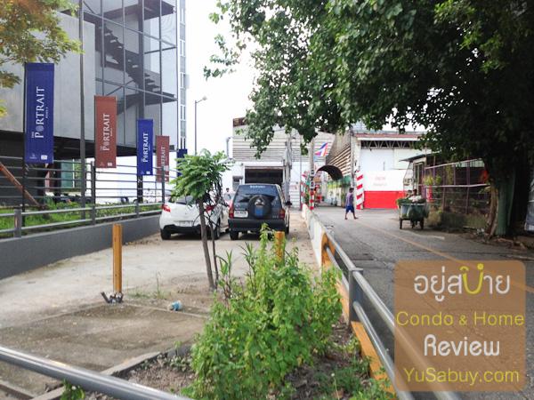 ถนนปัจจุบันคือทางขวามือครับ ส่วนทางซ้ายตั้งแต่แนวรั้วเตี้ยๆ จนถึงแนวธงญี่ปุ่นของโครงการเป็นพื้นที่ที่จะเฉือนออกให้เป็นทางสาธารณะหมดเลย