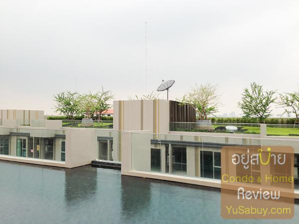 มองไปฝั่งตรงข้าม ดาดฟ้าของตึก B เป็นสวนอย่างเดียวครับ แต่สวนบนตึก B จะดูมาเต็มกว่าสวนบนตึก A อยู่พอควร
