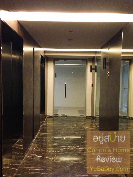 โถงลิฟต์ชั้น 8 ที่ขึ้นมาฟิตเนสครับ วัสดุตกแต่งนั้นจะหรูหรากว่าโถงลิฟต์ชั้นอื่นๆเยอะ