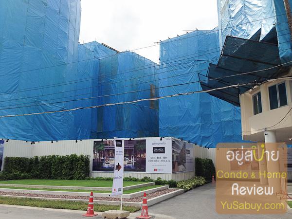 ตัวโครงสร้างอาคารคลุมเอาไว้ครับ แต่ก็พอเห็นลักษณะการวางตัวอาคารบนที่ดินจริงๆได้อยู่