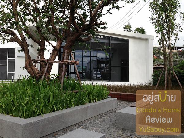ร้านขายของด้านหน้าโครงการ รอบๆมีสวนกับที่นั่งพักผ่อนให้