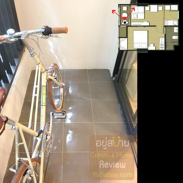 ระเบียงแบบ 1 ห้องนอนก็กว้างกว่าแบบสตูดิโอครับ ประมาณ 1.05 ม. โครงการเอาจักรยานมาจอดให้ดูเลย ระเบียงแบบ 1 ห้องนอนจะมี Double Door กันฝนสาดให้ด้วย จอดจักรยานคงถูกใจนักปั่น