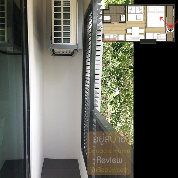 สเปซระเบียงของสตูดิโอแบบหน้าแคบกว้างประมาณ 60 ซม. ครับ มีระแนงบังแอร์มาให้แต่ไม่มี Double Door