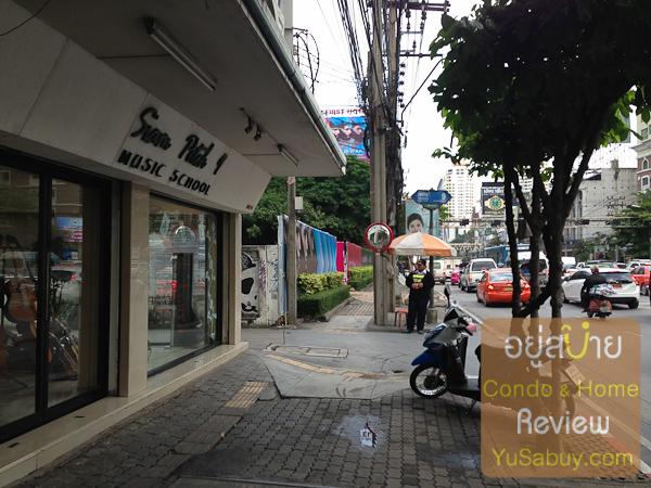 ติดๆกับทีโครงการตรงปากซอยเพชรบุรีซอย9 เป็นร้านขายเครื่องดนตรีครับ