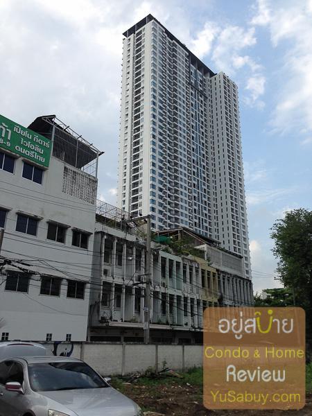 มองไปทางด้านซ้ายมีตึกแถว 3 ชั้นที่อยู่ในซอยเพชรบุรี 9 อยู่ คอนโดสูงๆที่เห็นด้านหลังคือวิลล่าราชเทวี