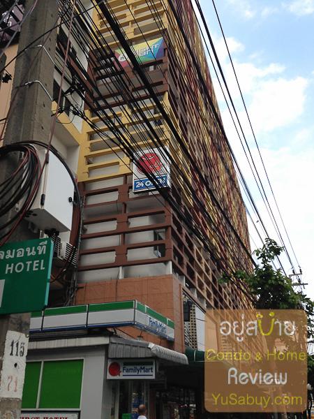 ลองเดินเล่นๆดูรอบๆกันหน่อยครับ ถัดจากโครงการที่เพชรบุรีซอย9 เดินมาเรื่อยๆตรงปากซอยเพชรบุรีซอย11 จะเจอ First Hotel