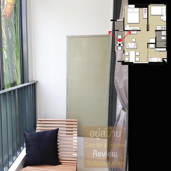 ถ่ายให้ดูพื้นที่ระเบียงครับ ประตูเล็กๆที่ผนังเปิดไปเป็นพื้นที่ไว้เครื่องคอมเพรสเซอร์แอร์