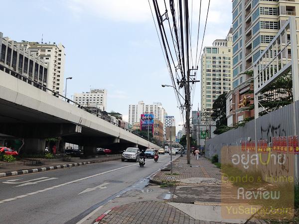 เลี้ยวซ้ายมาทางเพชรบุรีครับ ตรงนี้จะต้องเดินข้ามถนนลอดใต้สะพานลอยข้ามแยกไป ข้ามตรงนี้เลยสะดวกกว่าไปข้ามหน้าโครงการครับ