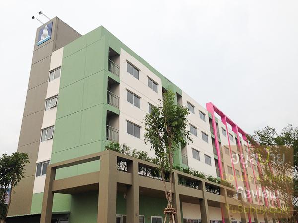 สีตึกโทนหลักๆก็เป็นขาว-เขียว-น้ำตาล ตามสูตรของ LPN และเพิ่มสีสดๆขึ้นมาอีกตึกละสีตามแต่ละโซน