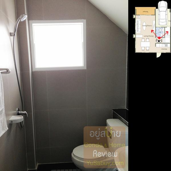 ห้องน้ำชั้นล่างอยู่ใต้บันได ถ้าจะอาบน้ำจริงๆก็ลำบากอยู่ครับ สเปซแคบไปยังไงโถสุขภัณฑ์เปียกแน่นอน