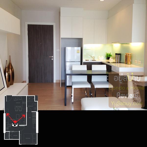 มองกลับไปทางเข้าห้อง โต๊ะรับประทานอาหารเป็นส่วนที่ติดมากับเคาท์เตอร์ครัวเลย