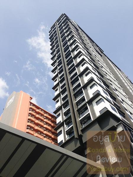 ตึกโรงแรม King Royal II นั้นติดกับด้านตะวันตกเฉียงเหนือของของ Urbano Absolute เลยครับ ต้องชั้น 19 ขึ้นไปถึงไม่โดนบัง