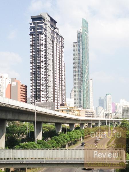 จากบนสถานี BTS กรุงธนบุรี มองไปทางสาทรจะเห็นคอนโดตระหง่านอยู่ 2 โครงการ คือ Urbano Absolute และ The River
