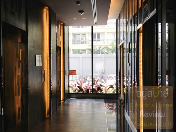 โถงลิฟต์ชั้นล่างครับ