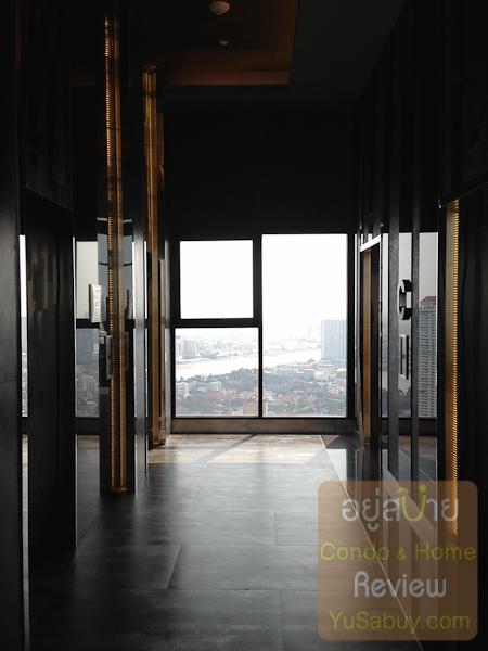 ขึ้นมาโถงลิฟต์ชั้น 40 ที่เป็ฯชั้นส่วนกลางกัน มองจากหน้าต่างออกไปจะเห็นชิงช้าสวรรค์ของเอเชียทีคพอดีเลย