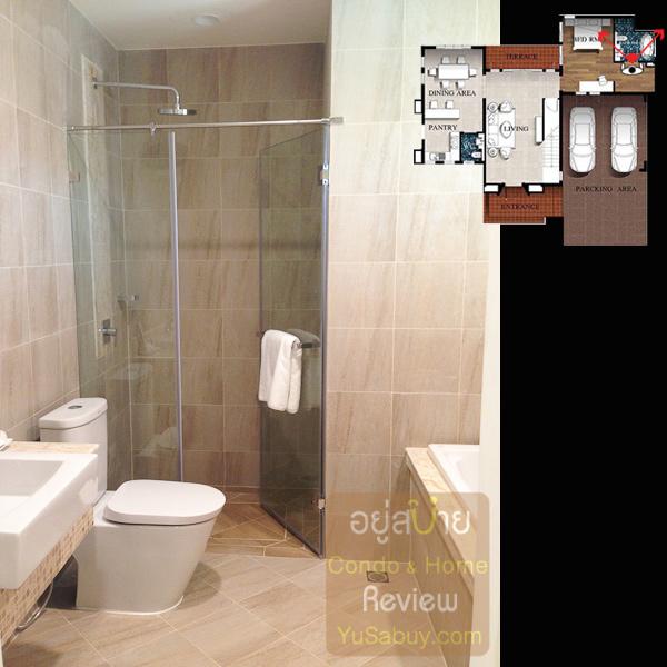 ห้องน้ำในห้องนอนชั้นล่างมีอ่างอาบน้ำให้ด้วย