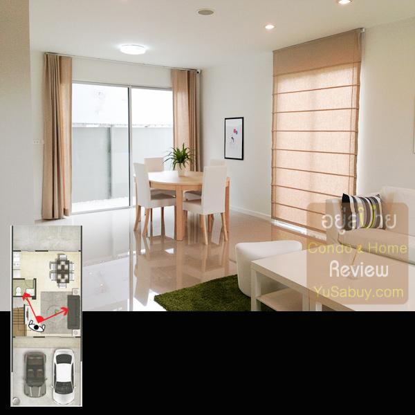 เข้าบ้านมาจุดที่แตกต่างจากแบบ 1 ห้องนอนชัดๆคือด้านหลังจะมีบานเลื่อนกระจกออกไปหลังบ้าน ให้แสงธรรมชาติเข้ามาได้เยอะกว่า