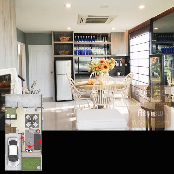 เปิดประตูเข้าบ้านมา ในบ้านตัวอย่างนั้นเป็นหลังมุม เลยมีช่องแสงด้านข้างด้วย ถ้าหลังกลางก็จะทึบไปหมด